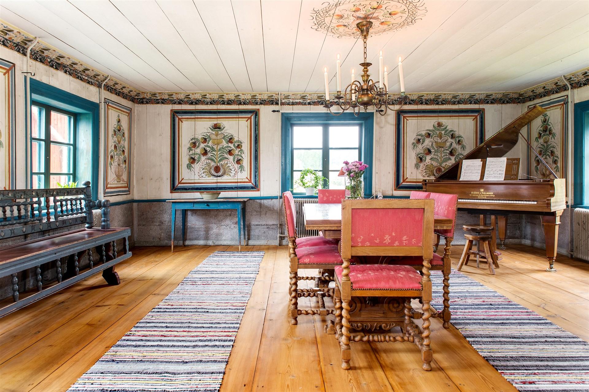 Storstuga med vackra vägg och takmålningar.