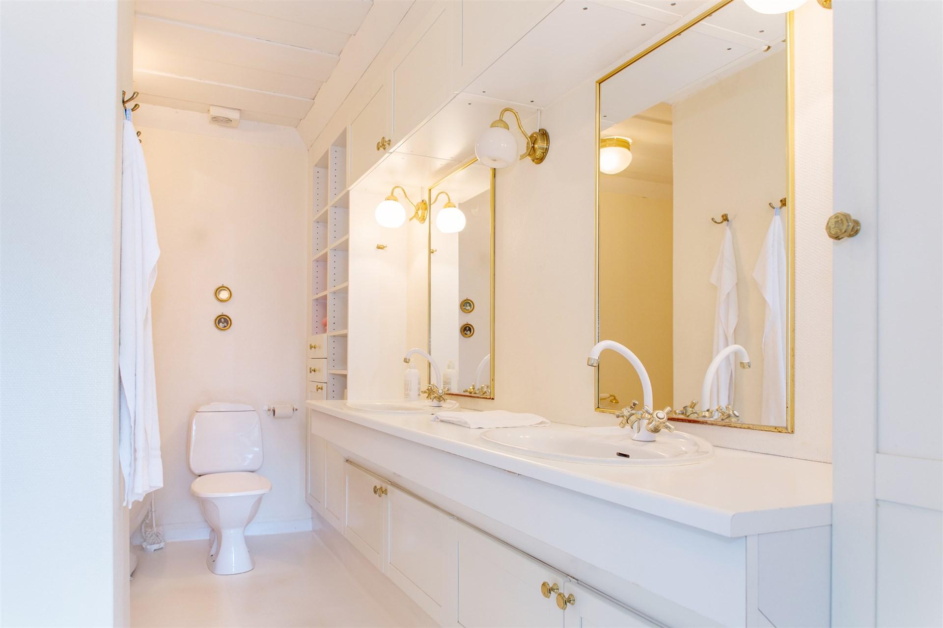 Badrum övervåning  med dubbla tvättställ och hörnbadkar