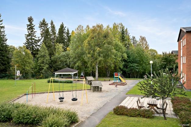 På området finns en mysig paviljong med utemöbler,grill och lekplats.