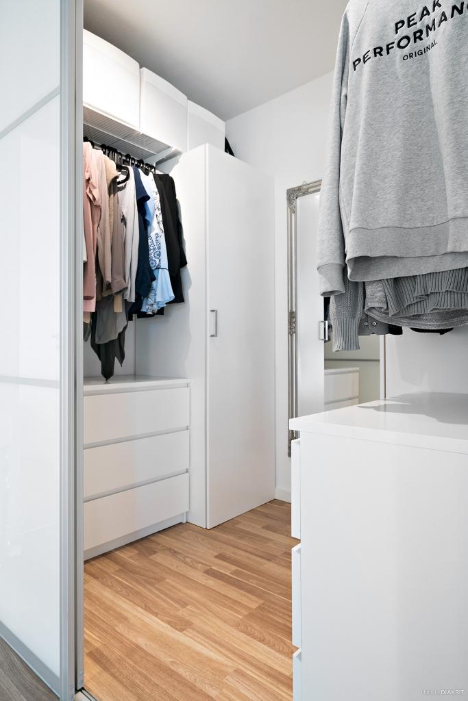 Inredd walk in closet med skjutdörrar och bra förvaring.