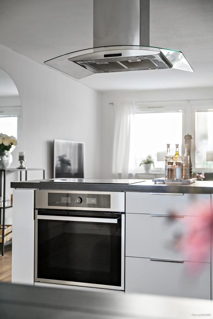 Detaljbild från köksö mot vardagsrumsdel