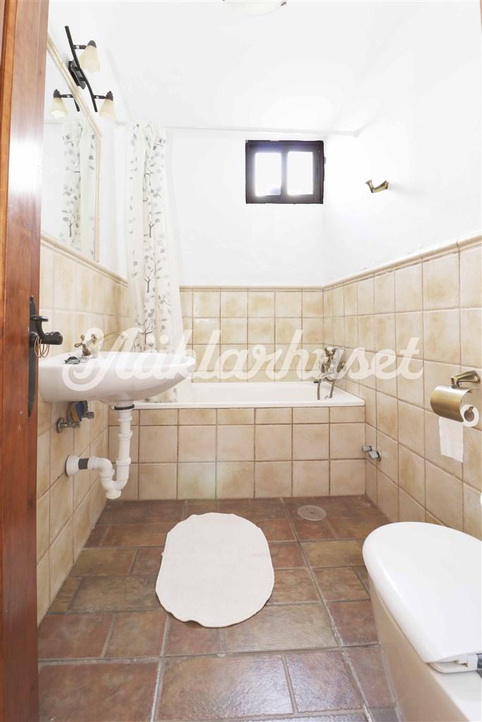 Badrum med badkar intill de 2 sovrummen