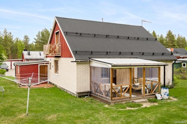 Huset sett från tomten på baksidan