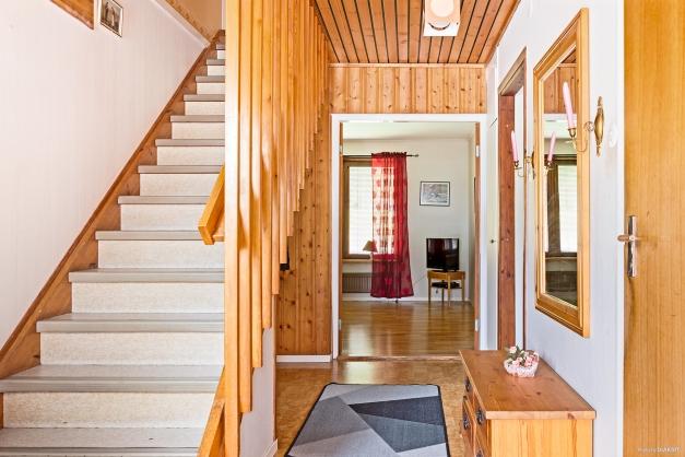 Entréhall med trappa till övervåningen.