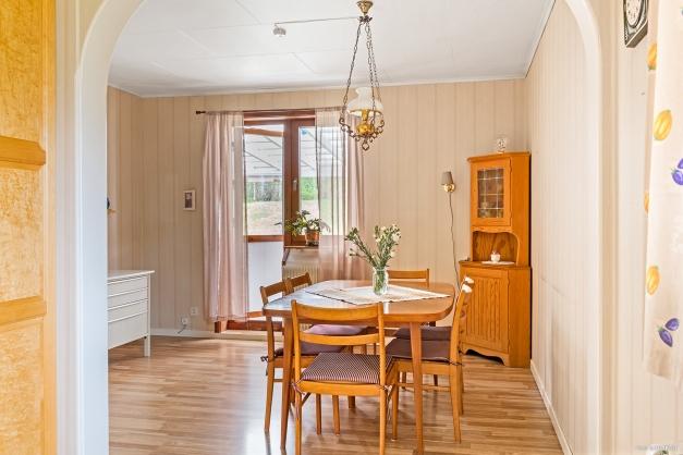 Matrummet sett från kök. Med utgång till altan med tak.