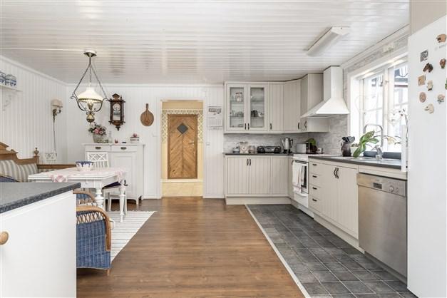 Stort och lantligt kök, fint ljusinsläpp från flera fönster