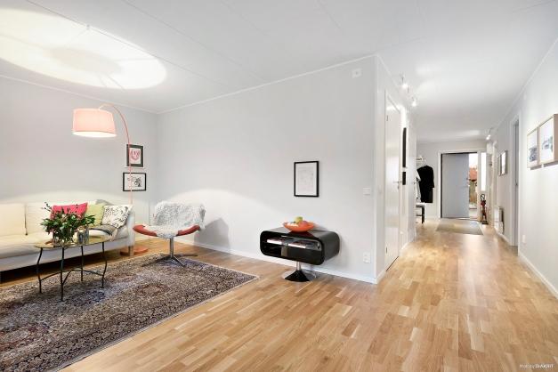 Vardagsrum och hall i öppen planlösning