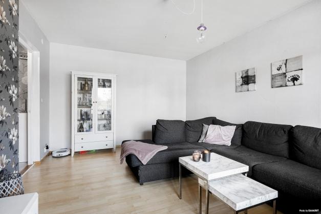 Vardagsrum med laminatgolv
