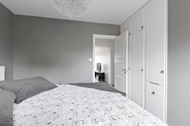 Sovrum med garderobsförvaring
