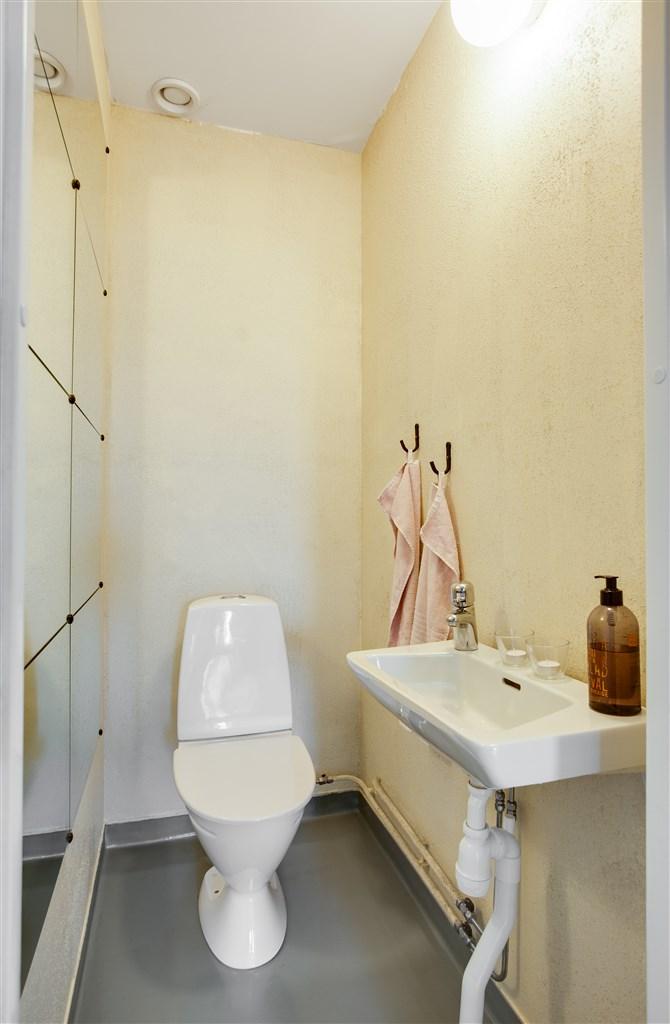 Separat wc med handfat.