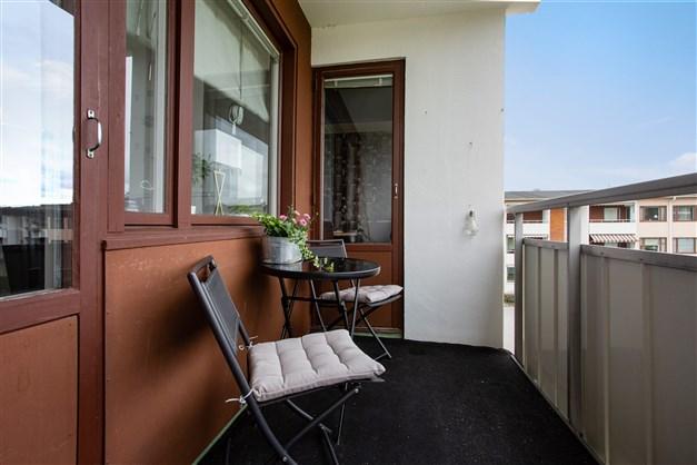 På balkongen finns plats för mindre möbel.
