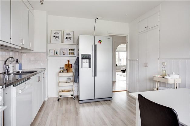 I köket finns sidebyside kyl/frys med ismaskin.