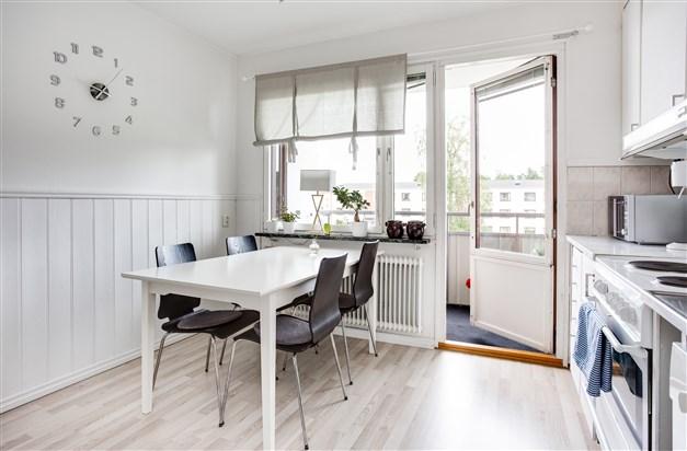 I köket finns plats för större köksmöbel och utgång till balkong.