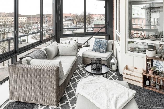 Härlig inglasad balkong med utsikt ner över Stortorget