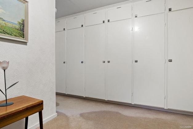 Hall med garderobsvägg