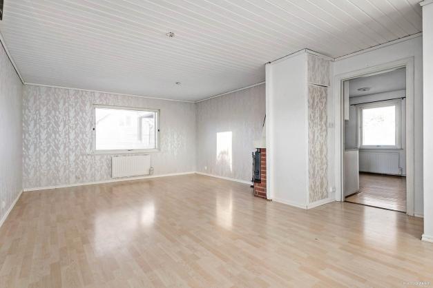 Stort vardagsrum i öppen och luftig planlösning med fönster i flera väderstreck.