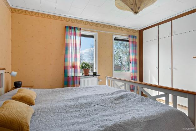 Stora sovrummet med utgång i markplan.