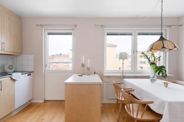 Kök med matplats och fransk balkong