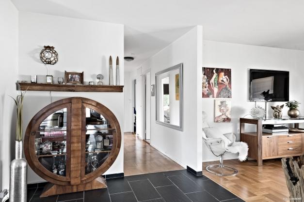 Kök, matplats och vardagsrum har en öppen och luftig planlösning.