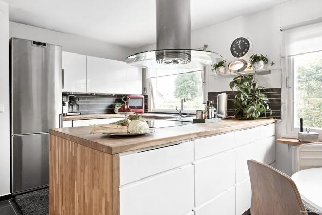 Köket är ett socialt och härligt kök med stor köksö mot matplatsen.