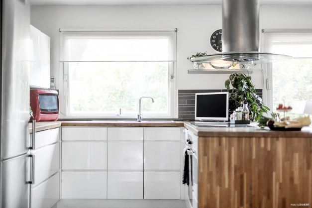 Ett socialt och trivsamt kök med fina arbetsytor.