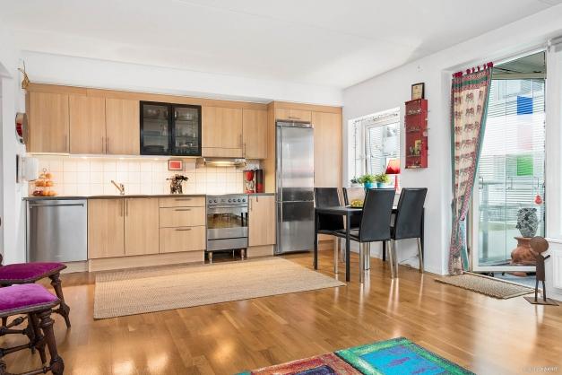 Kök i öppen planlösning med vardagsrum