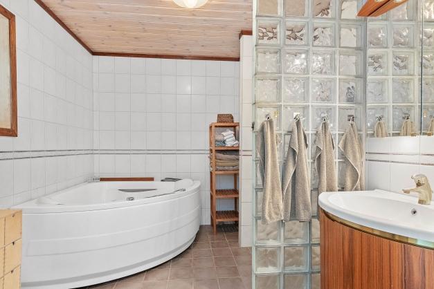 Badrum med både dusch och bad