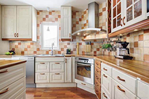 Mer av köket med härligt fönster för ljusinsläpp ovan diskbänk