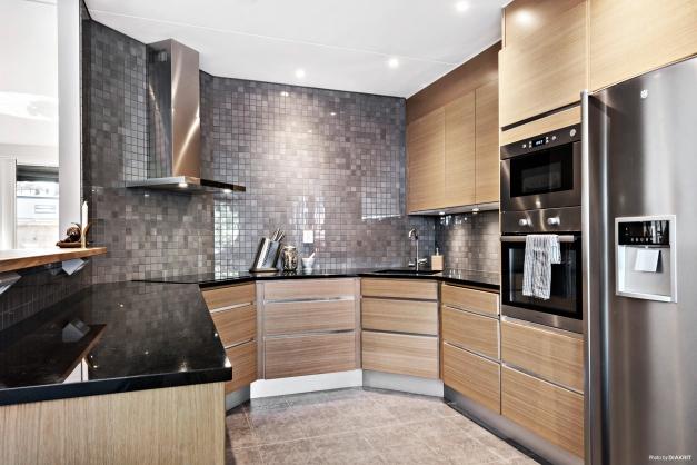 Snyggt kök från Ballingslöv med luckor av ek, stenbänkskiva av svart granit, frys med ismaskin och kyl med kolsyrat vatten. Stilrent och snyggt!