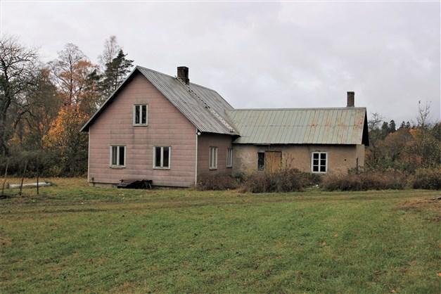 1,5-plans bostadshus som är vidbyggt
