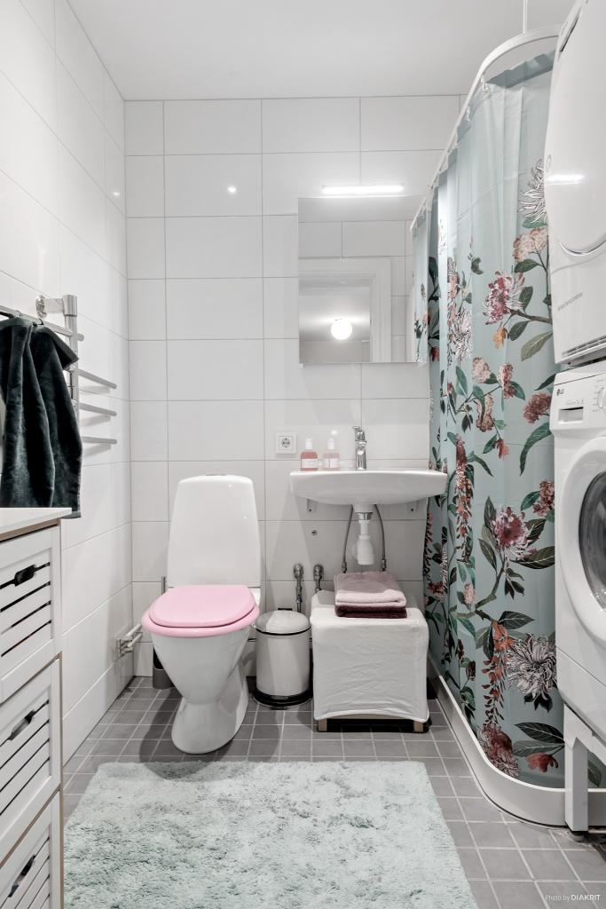 Helkaklat badrum med tvättmaskin, torktumlare och golvvärme för extra komfort