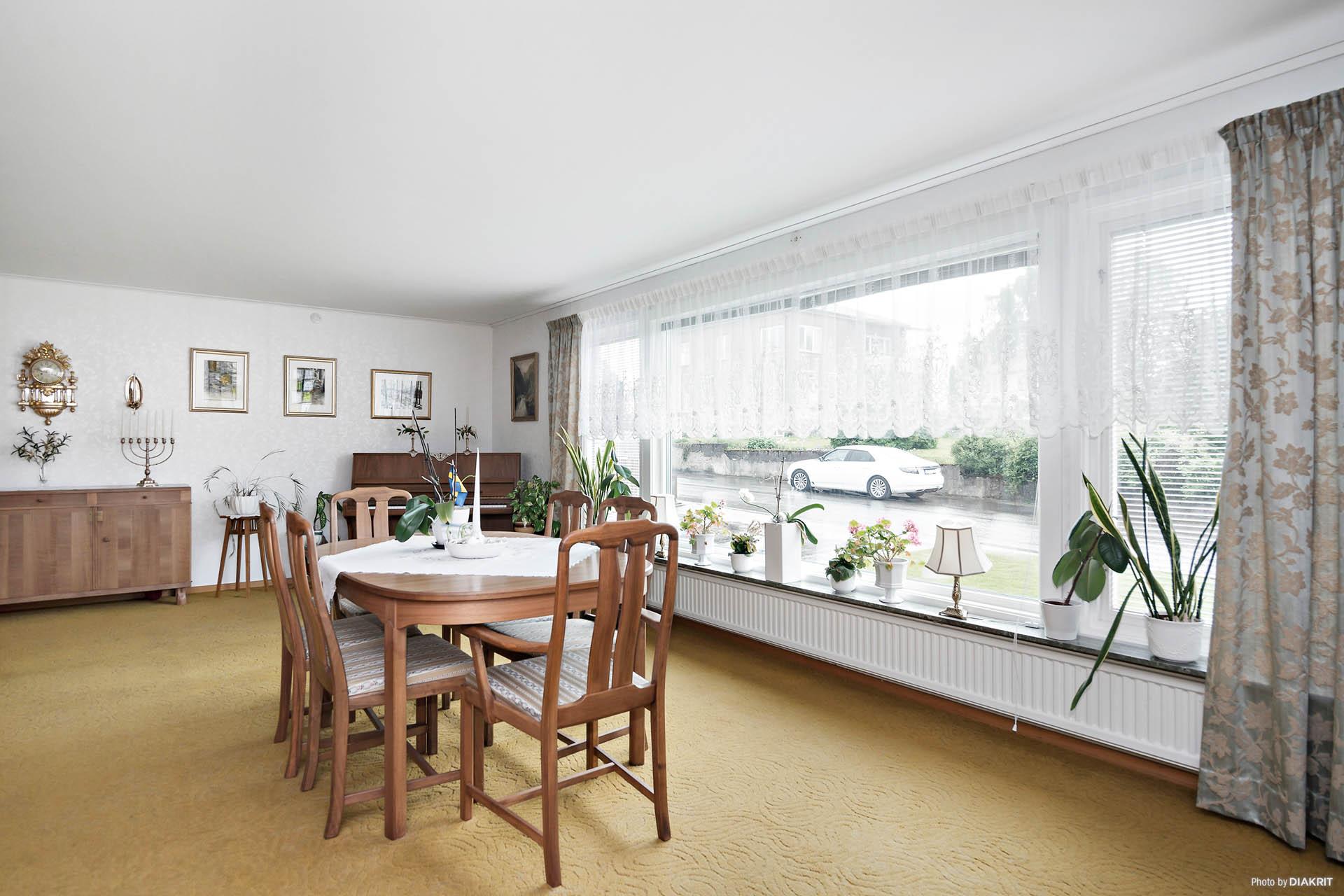 Stort vardagsrum i vinkel med stora fönster