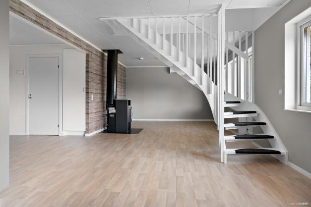 Öppen planlösning mellan kök, vardagsrum och hallen
