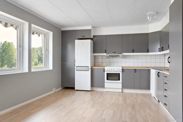 Köket har fina arbetsytor och gott om plats för matbordet