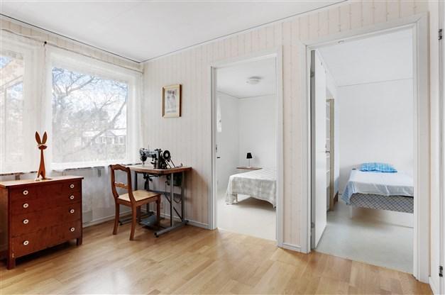Allrummet har ingång till sovrum 2 och 3