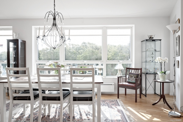 Här har du utsikt över grönska och Apelviksbacken. Fönstren har utvändigt installerade mekaniska solskydd. Dessa kan du antingen låta sköta sig själva utefter solen alternativt själv vill styra dem manuellt.