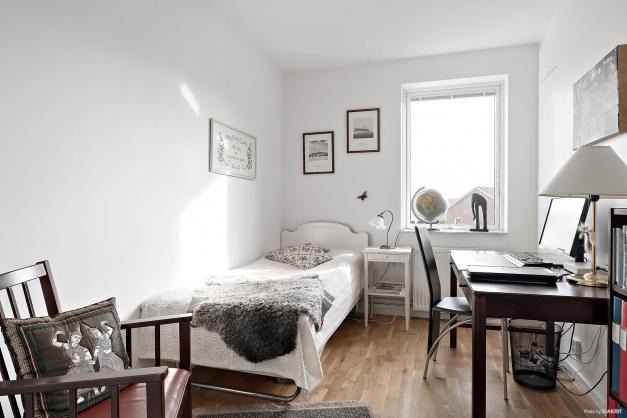 Sovrum alternativt kontor med parkettgolv och tre garderober.