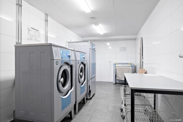 I källarplan finns tvättstuga perfekt för grovtvätt eller om du ska tvätta större mängder.