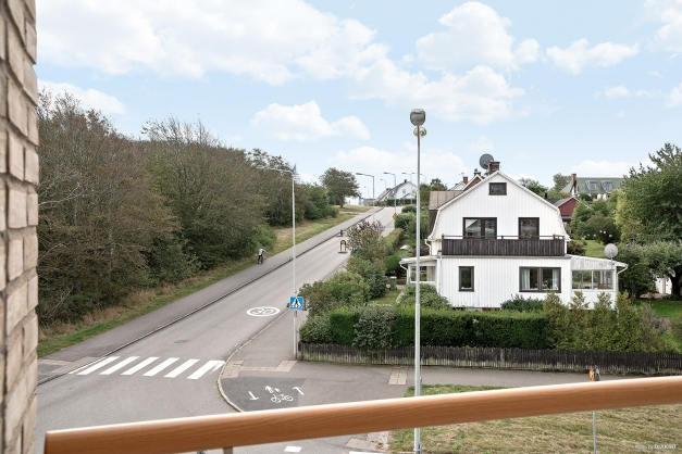 Från balkongen blickar du ut över rofylld grönska, Apelviksbacken och villaträdgårdar.
