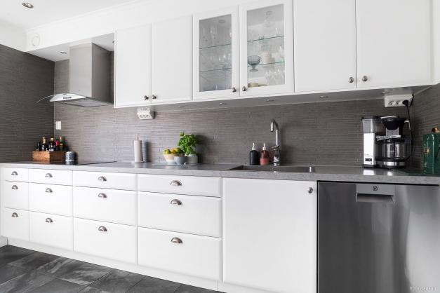 Nyrenoverat kök med modern stilren inredning