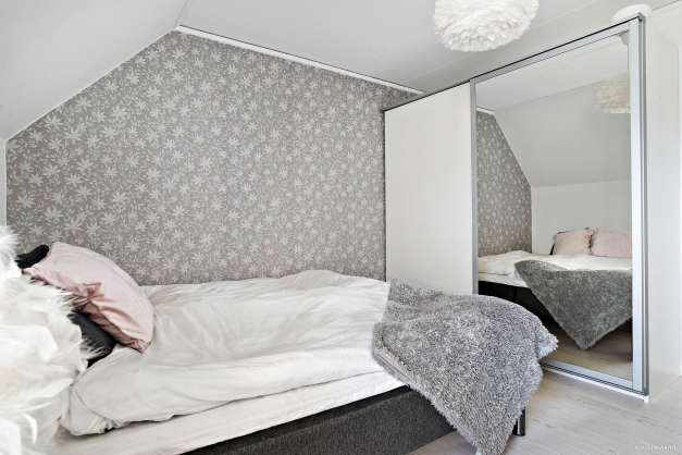 Sovrum 1 har garderober med skjutbara spegeldörrar