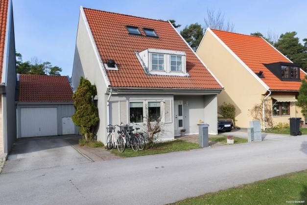 Villa i tre plan och vidbyggt garage