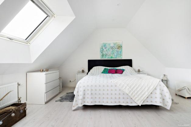 Ovanvåningen har inretts till ett master bedroom