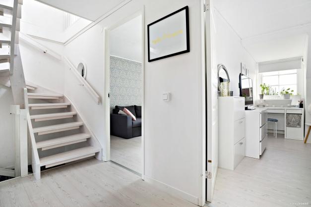 Hall på mellanvåningen mot sovrum 1 och 2 samt trappa till ovanvåning