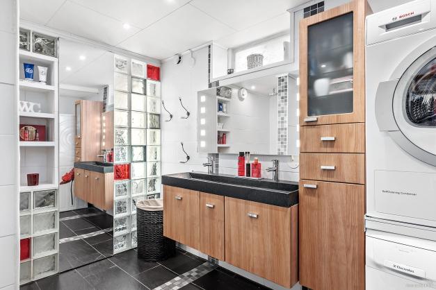 Badrum med torktumlare och tvättmaskin - Källarplan