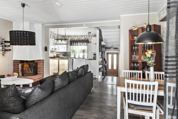 Öppen planlösning mellan vardagsrum och kök - Entréplan