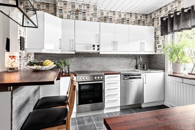 Rymligt kök med fräscha vitvaror - Entréplan