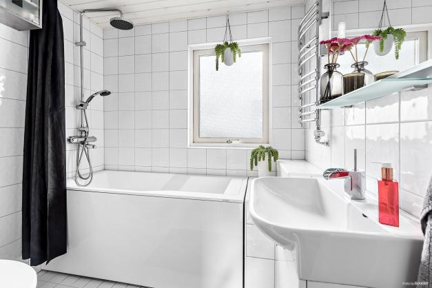 Badrum med vattenburen golvvärme och handdukstork - Övre plan