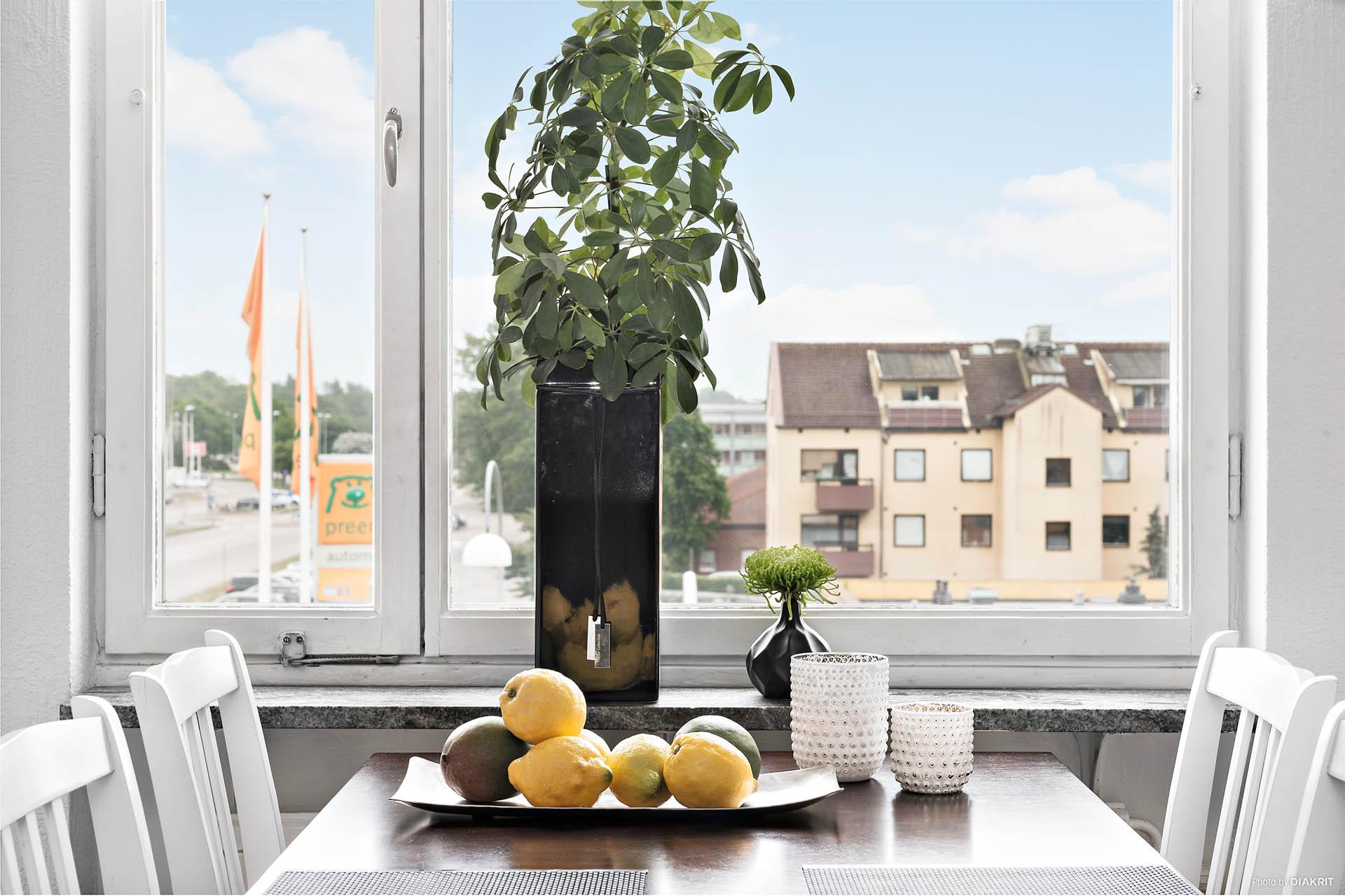 Kök med fint ljusinsläpp och bra med plats för matbord.