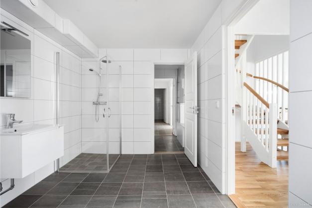 Badrum 3 med ingång till teknikrum och badrum 4